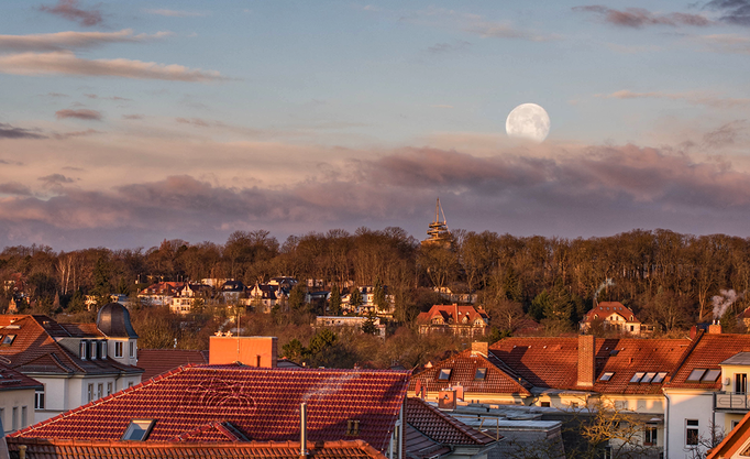Aussichtsturm der Erfurter EGA Park mit untergehendem Mond im Hintergrund