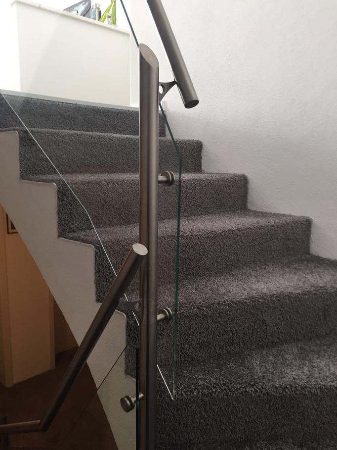 Treppe mit Teppich bezogen