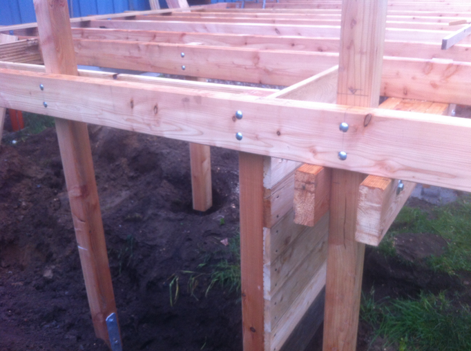 Die Stützpfeiler der Terrasse bieten die Rahmen-Grundkonstruktion für´ Hochbeet