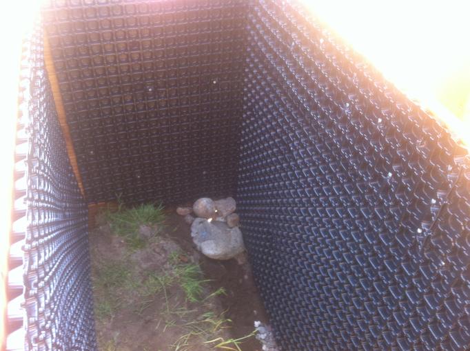 Köstelgarten Blog: Der Hochbeet-Boden bleibt natürlich offen. Eine Steiverrieselung soll mögliches Stauwasser abführen