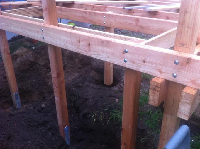 Köstelgarten Blog: Aufbau der Holzterrasse mit integrierten Hochbeet