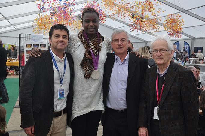 Les président, vice-président et trésorier qui entourent Jennifer DIGBEU, médaillée olympique