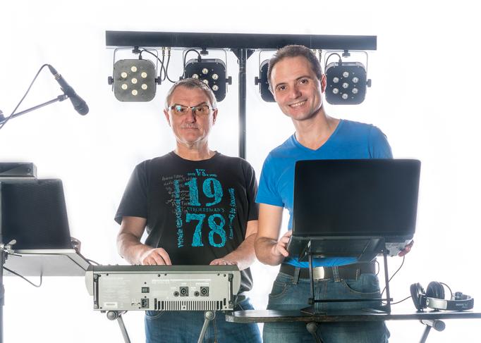 DJ-Brothers Ludwigsburg am Mischpult DJ-Controller und Equipment