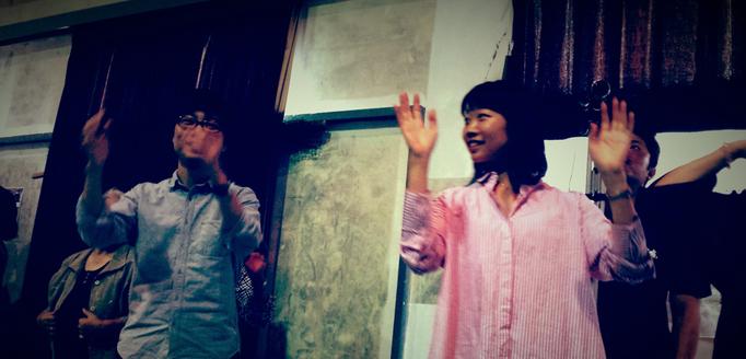 八月踊りに初参加(若手芸術家メンバーの一色萌生 & 玉川智美) @上嘉鉄集落(喜界島)