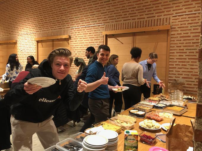 Gemeinsames Essen bei der Studentengemeinde