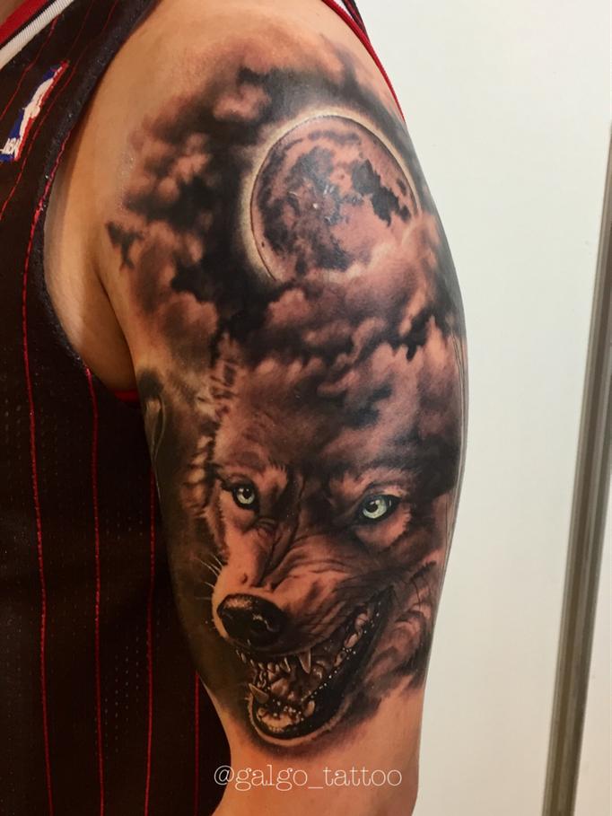 tatuaje realista de un lobo con la luna llena de fondo en el brazo, realistic wolf tattoo with full moon