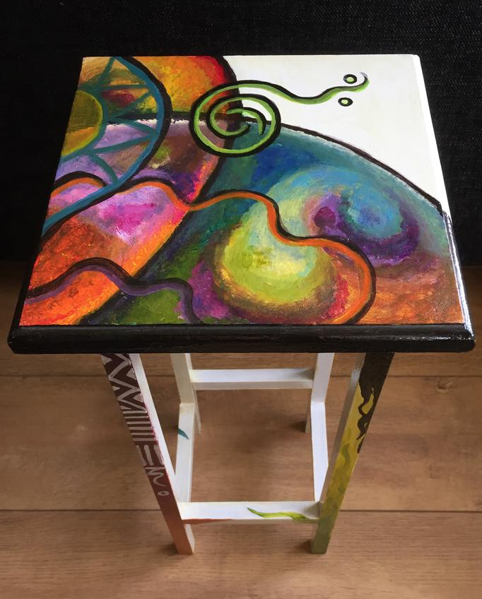 Bijzettafel beschilderd met acrylverf.