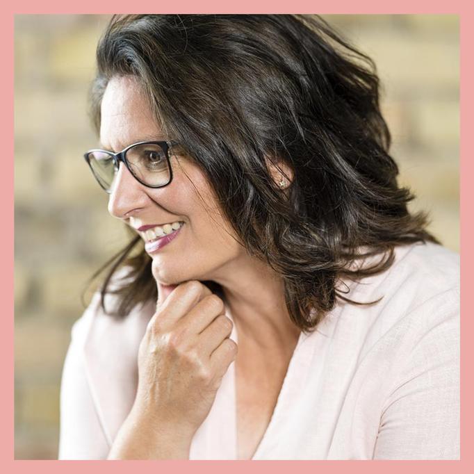 Nicole Hossmann ist Marketing Expertin für Selbstständige und Kleinunternehmen in der Schweiz. Hilfe für Sichtbarkeit vermittelt sie in Workshops für Instagram und Jimdo Webseiten sowie Google my Business