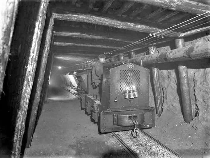 Speziell für Bergwerke gebaute Diesellok im Hauptstollen.