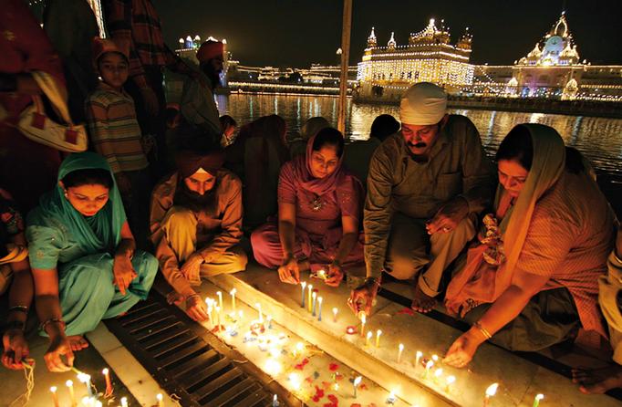 Hinduismo. Dioses: Brahma, Shiva y Visnú. Creencia principal: La reencarnación del alma. Festividades: Diwali o fiesta de las luces. Libros: Los Vedas.