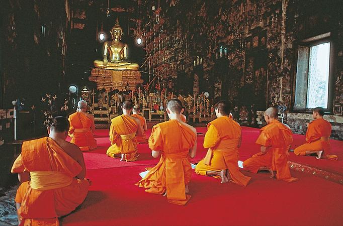 Budismo. Origen: Buda. Creencia principal: Nirvana o felicidad completa. Lugar de oración: Templo y monasterio. Festividades: Conmemoración de la Iluminación.