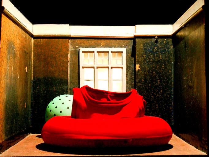 Das rote Schwimmkleid lag aufgeblasen auf dem Boden  und wartete darauf, dass sich das Zimmer mit Wasser füllte.