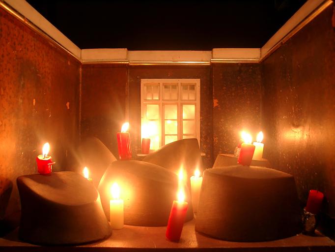 Manchmal schloss sich ihr Vater in das Hutmacherinnenzimmer ein  und entzündete alle Kerzen.