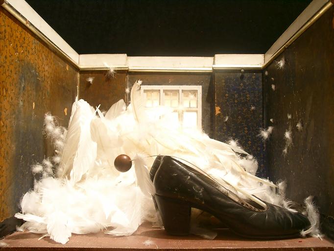 Im Hochzeitszimmer standen die schwarzen Stöckelschuhe  vor einem Federberg.