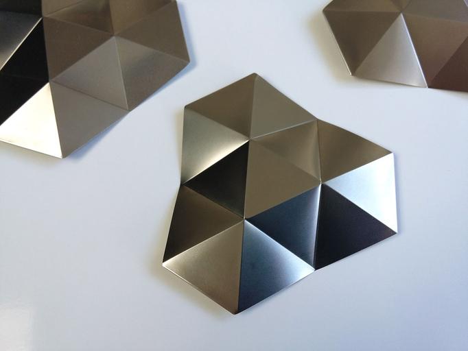 """DIVISIONS"" broche acier inox - attache magnétique - 7x7 cm  © 2016"