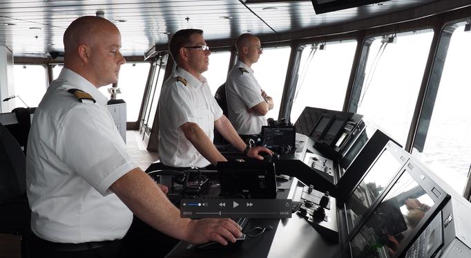 Der Kapitän und seine Crew auf der Brücke der Roald Amundsen