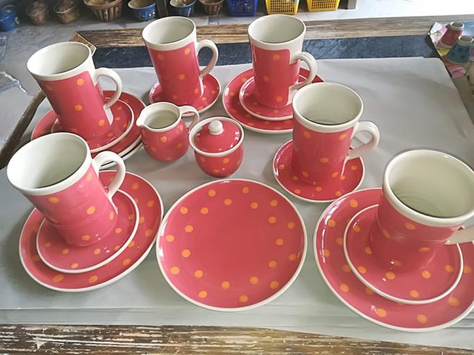 Kaffeegeschrirr in z.B. Farbe Koralle mit orangen Punkten