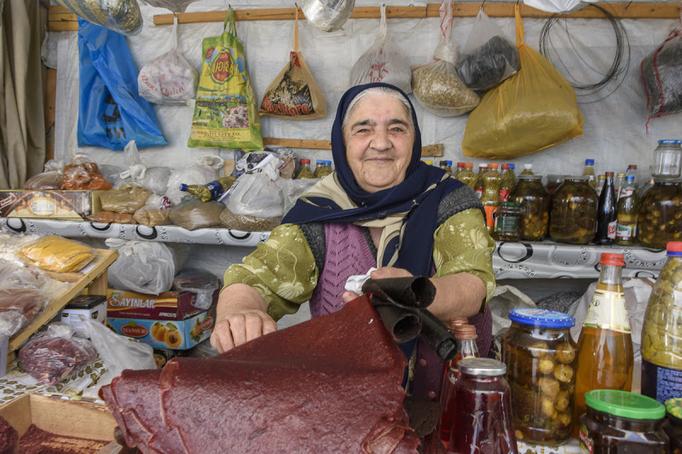 Marktfrau in Baku wo ich natürlich das leckere süsse Fladenbrot probieren musste
