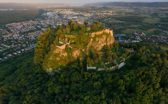 Festung Hohentwiel mit der Stadt Singen im Hintergrund | (c) Achim Mende