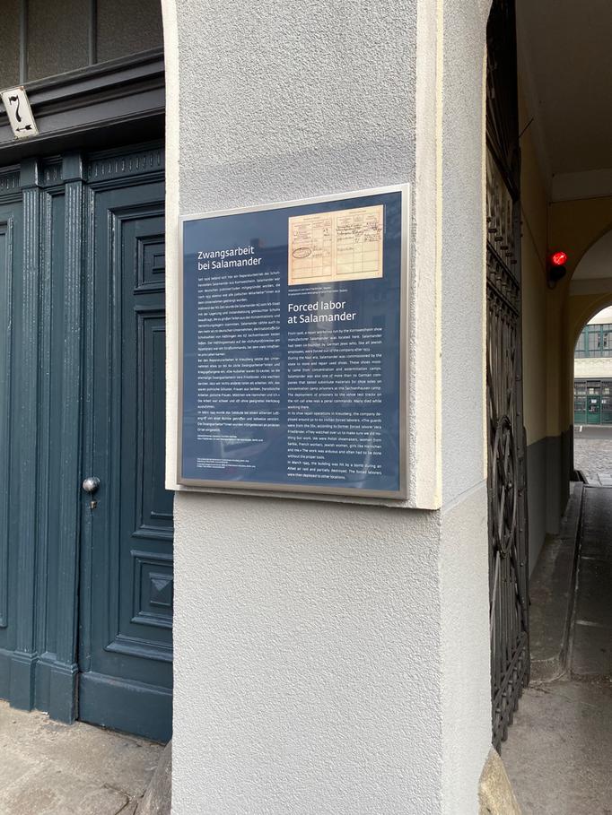 """Die Gedenktafel """"Zwangsarbeit bei Salamander"""" in der Köpenicker Strasse in Kreuzberg"""