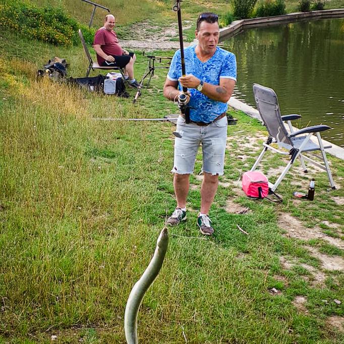Roberto Cainero met een flinke paling uit vijver 3 (19 juni 2020)