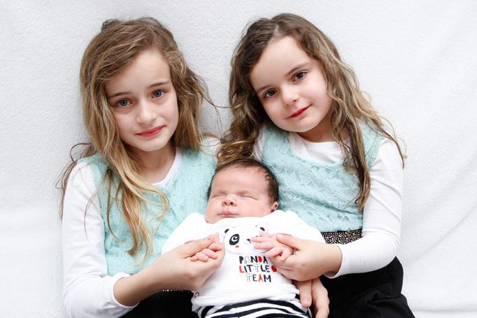 die beiden Schwestern mit ihrem Babybruder, Familien Fotoshooting