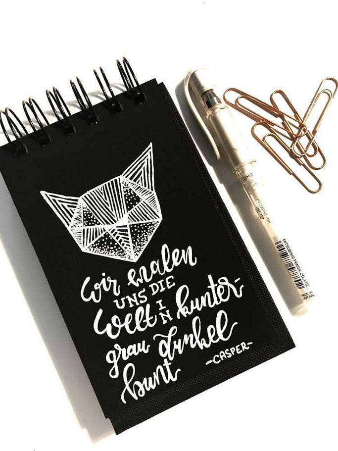 Letter Lovers stickynote.lettering: Handlettering Spruch: Wir malen uns die Welt in kuntergrau und dunkelbunt - Casper