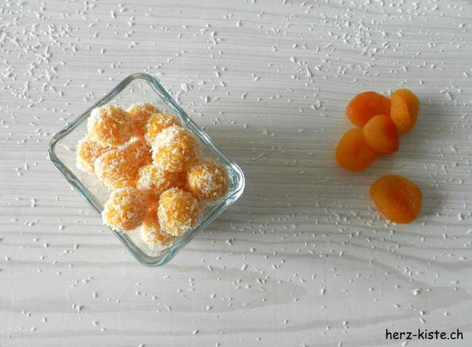 Rezept für Aprikosen-Kokos Pralinen: gesund und lecker - Paleo Nascherei