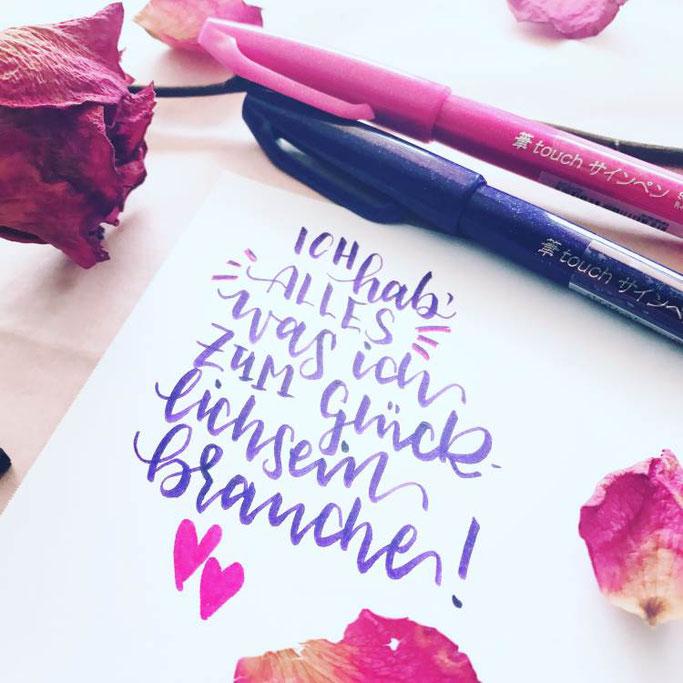 Letter Lovers wildhippiecom: Handlettering Spruch: Ich hab alles was ich zum glücklichsein brauche