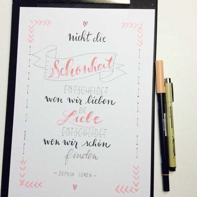Letter Lovers tradonde: Handlettering Spruch: Nicht die Schönheit entscheidet wen wir lieben. Die Liebe entscheidet wen wir schön finden. Sophia Loren
