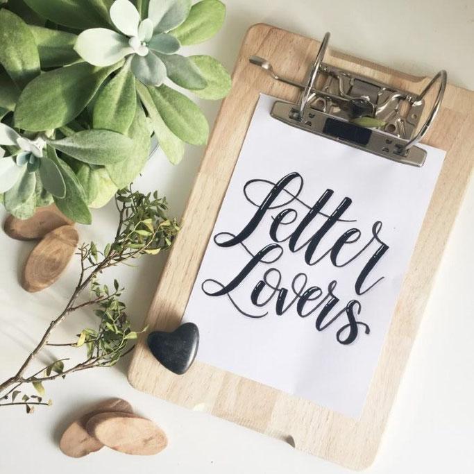 Anleitung für ein DIY Klemmbrett aus einem alten Aktenordner und einem Holzbrett. Super geeignet auch für Letterings! Aus der Serie: Letter Lovers von beyzacreates