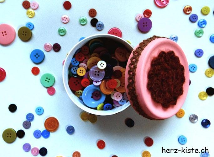 Upcyclingprojekt: Cremedose für Knöpfe hübsch machen