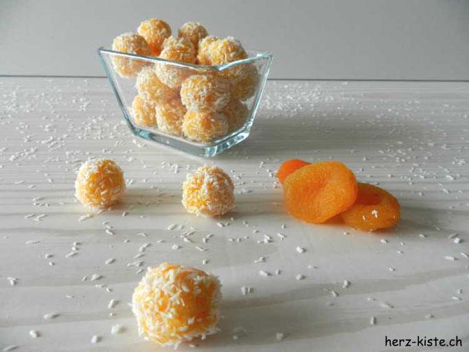Selber Aprikosen-Kokos Pralinen machen - gesund und lecker Naschen