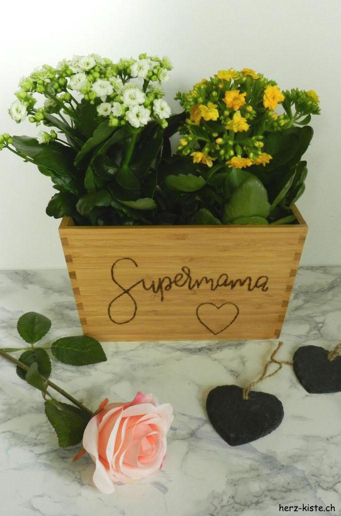 einfache DIY Geschenk zum Muttertag: Mit einem Brandkolben Supermama auf einen Blumentopf lettern