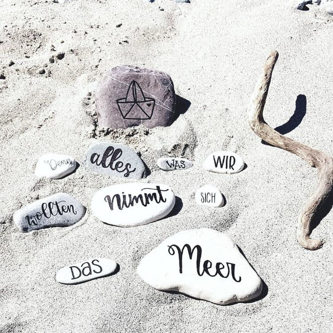 Steine belettern: Denn alles was wir wollten nimmt sich das Meer (Letter Lovers letteritoutloud)