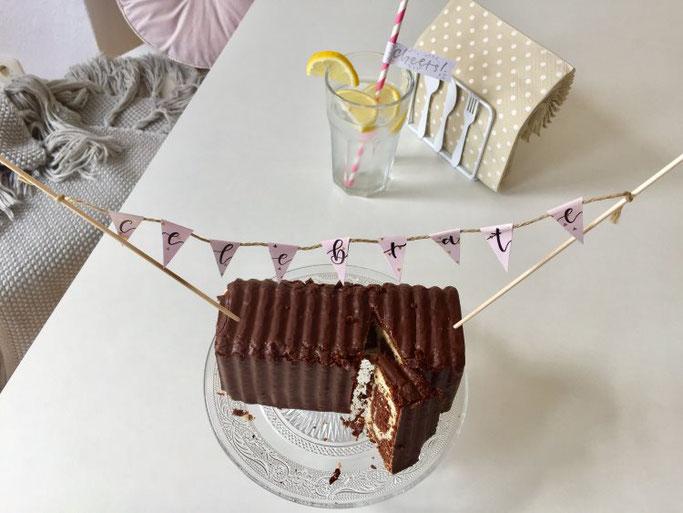 DIY Anleitung für eine einfache Wimpelkette mit Handlettering - tolle Dekoration für einen Kuchen (Letter Lovers somelovelyletters)