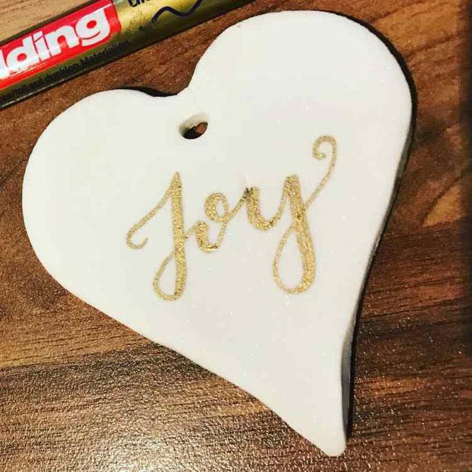 DIY Lettering Anleitung von stickynote.lettering bei den Letter Lovers: Fake Porzellan selber machen um zu belettern