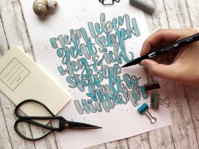 Lettering Spruch: Mein Leben geht seinen Weg und ich stolpere halt so hinterher (Letter Lovers mel_lettering)