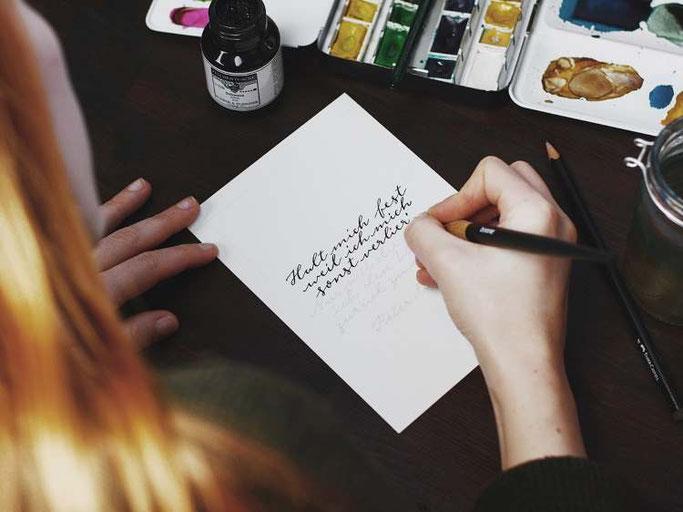 Letter Lovers vierneuntel: Anleitung Zitat mit Aquarell Hintergrund - Feder und Tinte
