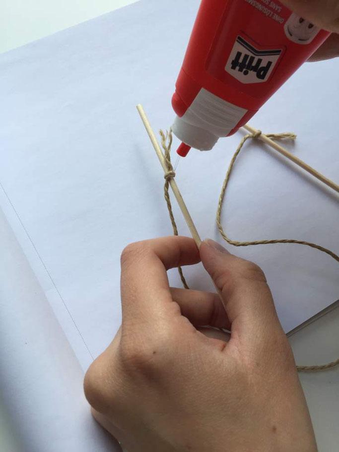 DIY Anleitung für eine Wimpelkette - Schnur mit Schaschlikspiess verbinden (Letter Lovers somelovelyletters)