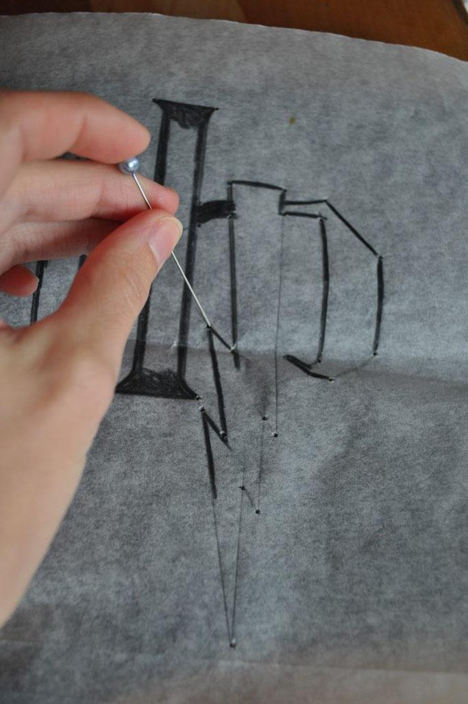 Handlettering Anleitung für Lettering auf T-Shirt... Vorschreiben mit Löchern