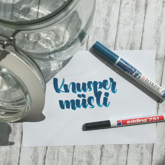Anleitung für ein DIY Knuspermüsli - Wort mit Brushpen auf ein Papier schreiben