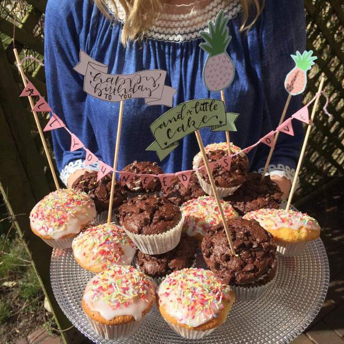 DIY Anleitung für eine Wimpelkette - wie du ganz einfach deine Cupcakes und Kuchen mit einer Wimpelkette und Lettering verzieren und aufpimpen kannst (Letter Lovers somelovelyletters)