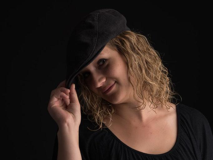 Foto von mir mit Hut und schwarzem Hintergrund