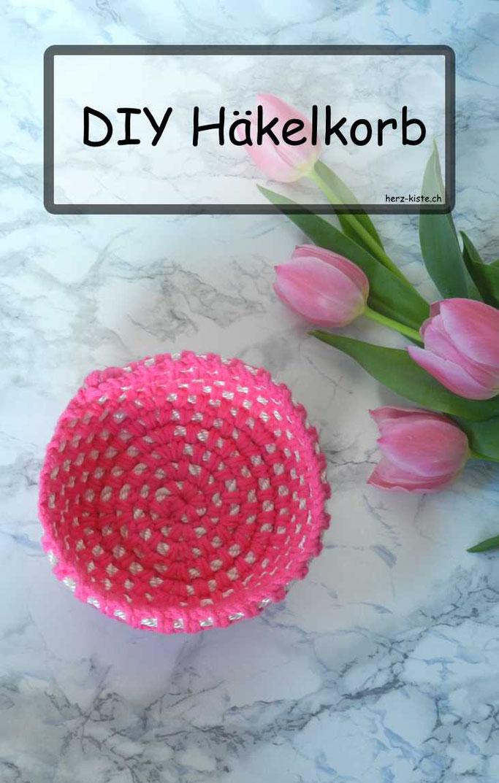DIY Anleitung: Mit einem Seil und Wolle ein Häkelkörbchen häkeln. So ein Häkelkorb ist eine tolle Verpackungsidee für kleine Geschenke oder kann als Dekoration aufgestellt werden.