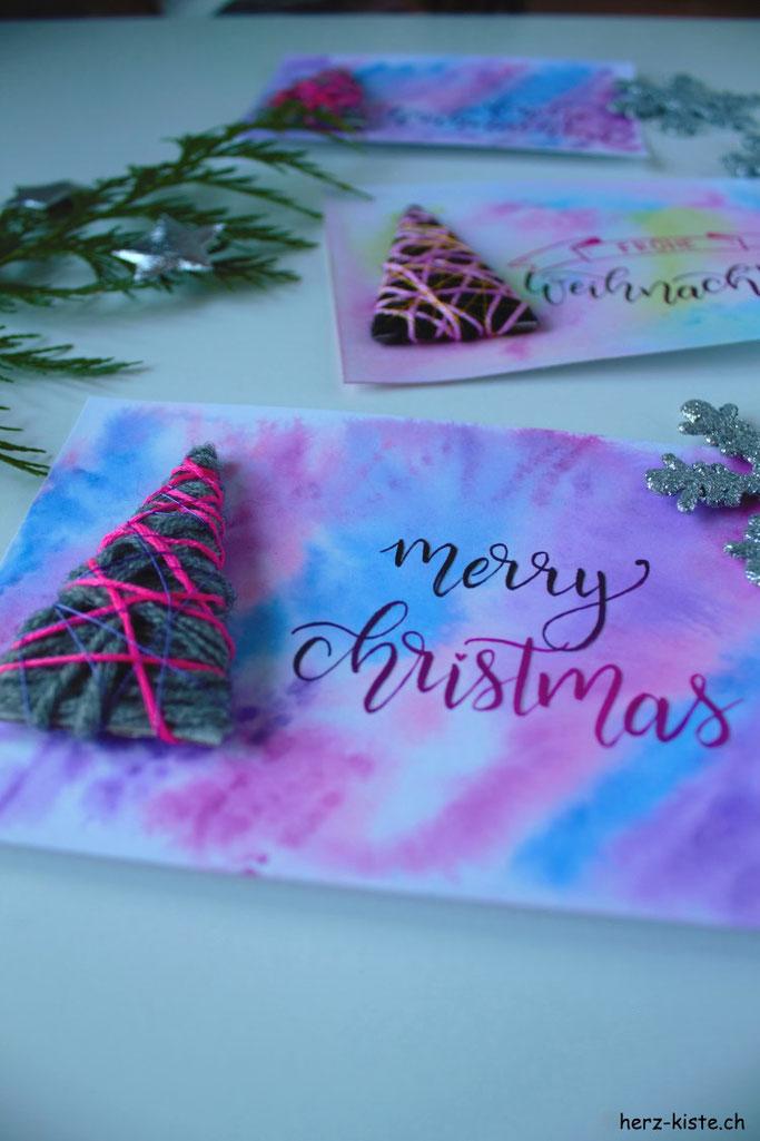DIY Weihnachtskarte selbermachen: Einen Tannenbaum mit Wolle umwickeln für deine nächste Weihnachtskarte. Anleitung und Inspiration gibts auf www.herz-kiste.ch