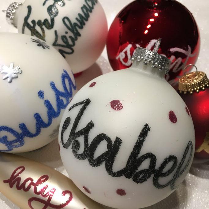 Weihnachtliche DIY Lettering Anleitung: Mit Embossing deine Weihnachtskugeln verzieren