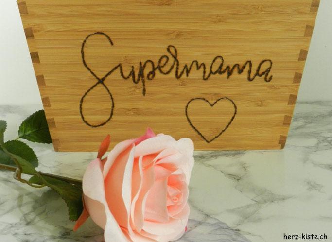 Blumentopf mit einem Brandmalkolben belettern - Supermama als Geschenk zum Muttertag