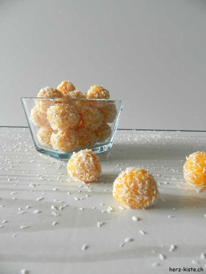 Rezept für selbstgemachte Aprikosen-Kokos Pralinen. Eine gesunde und leckere Alternative zu Schokolade. Super einfach und schnell gemacht.