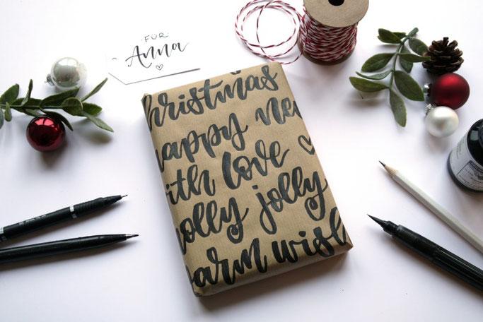 DIY Anleitung: Mit Handlettering ein Geschenk schön verpacken - aufs Packpapier viele Worte schreiben